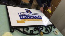 afbeeling-van-het-gerenoveerde-uithangbord-loosduins-museum
